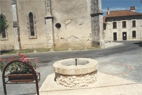 La fontaine place de l'abbé Boisseuil.jpg